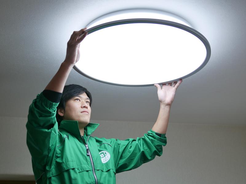 照明を設置するスタッフ